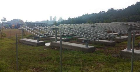 台北生态公园草坪插满太阳能板