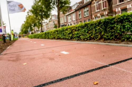 世界上第一条智能塑料自行车道在荷兰建成