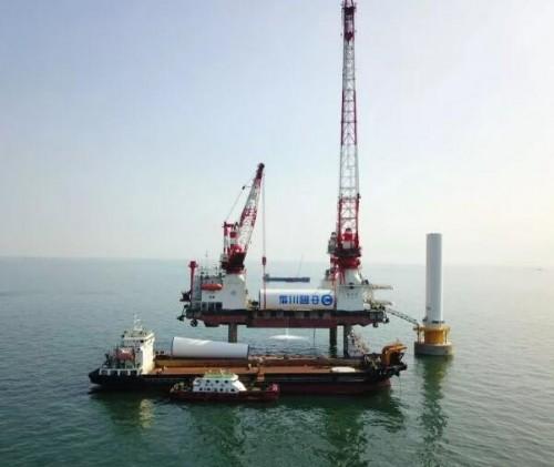 国内首台低温大直径直驱海上风电机组顺利吊装