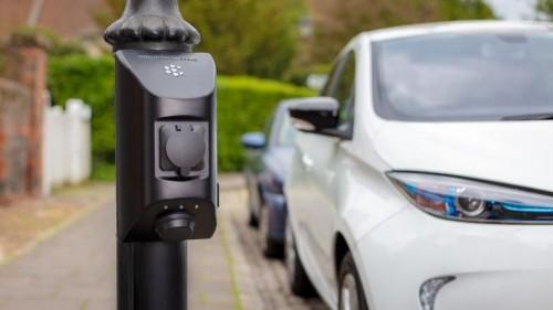 灯柱电动汽车充电器首次出现在伦敦街头
