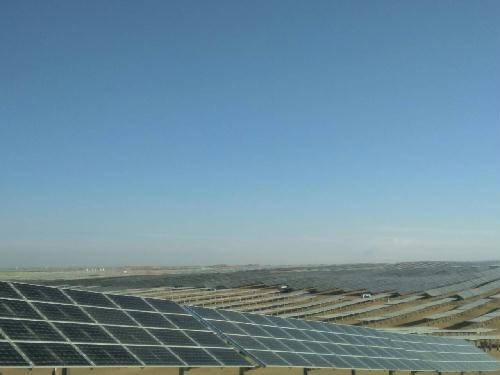 中国能建承建鄂尔多斯沙漠光伏电站并网发电