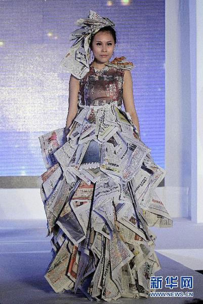 大学生废旧报纸做时装提倡环保