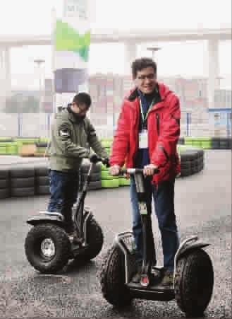 segway两轮电动车节能环保 试电动汽车观4d电影 高清图片