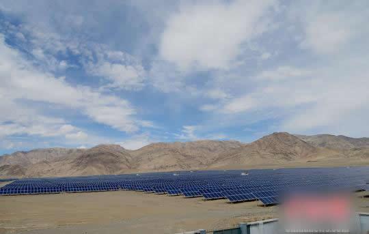 新疆首个集中式扶贫光伏电站运行