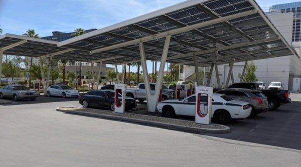 使用量下降 特斯拉内华达州一超级充电站变停车场