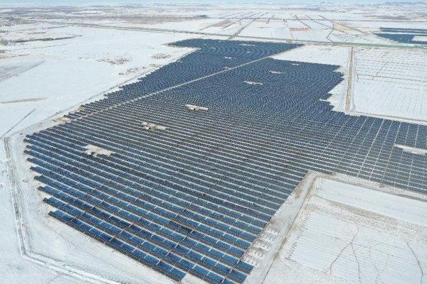 中国能建总承包建设河北焰中沽源200兆瓦牧光互补光伏发电示范项目并网